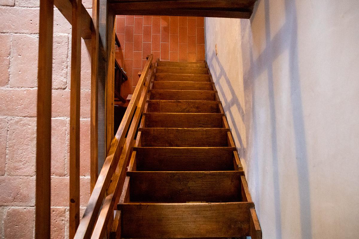 appartamento-primo-piano-scala-in-legno